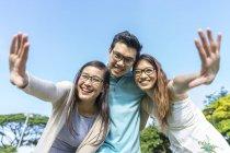 Gruppe von jungen asiatischen Freunden Spaß im freien — Stockfoto
