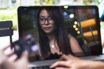 Милая азиатка совершает сделку на ноутбуке . — стоковое фото