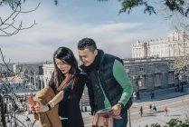 Coppia cinese a Madrid facendo selfie, Spagna — Foto stock
