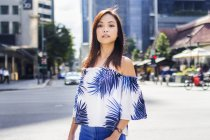 Досить Азіатська дівчина, що йде по вулиці. — стокове фото