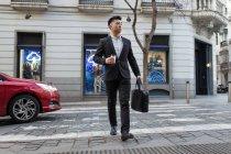 Empresário chinês a descer a rua em Madrid, Espanha — Fotografia de Stock