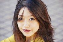 Porträt einer Chinesin, die in die Kamera blickt — Stockfoto