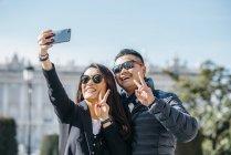 Coppia Cinese scattare selfie a Madrid, Spagna — Foto stock