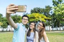 Eine Gruppe von Freunden macht zusammen ein Selfie — Stockfoto