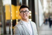Портрет веселий китайський бізнесмен на вулиці — стокове фото