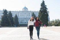 Mulheres asiáticas fazendo turismo em Madrid, Espanha — Fotografia de Stock