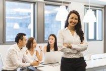 Retrato da jovem mulher na sala de conferências — Fotografia de Stock