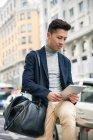 Jovem chinês com tablet na rua Gran Via, Madrid, Espanha — Fotografia de Stock