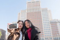 Asian women doing tourism in Madrid and taking a selfie, Spain — Stock Photo
