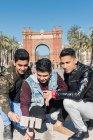 Turisti indiani scattare selfie in Arco di trionfo a Barcellona Spagna — Foto stock
