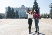 Donne asiatiche che fanno turismo a Madrid e si fanno un selfie, Spagna — Foto stock