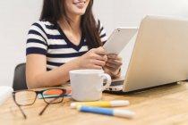 Giovane donna che lavora in ambiente startup in ufficio moderno — Foto stock