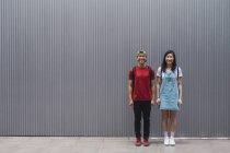 Estudiantes universitarios jóvenes de Asia que se enfrentan a la pared - foto de stock