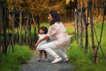 Lindo asiático madre y hija en parque - foto de stock