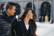Coppia cinese turista passeggiando per Plaza de la Opera e Teatro Real Madrid, Spagna — Foto stock