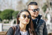 Азиатский китайский медовый месяц турист прогулки по Ла-Альмудена на Паласио реальный в Мадриде, Испания — стоковое фото
