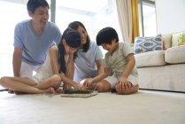 Irmãos jogando Scrabble dentro de casa — Fotografia de Stock