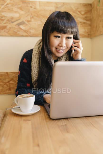 Бізнес-леді за допомогою свого ноутбука в кафе. Бізнес-концепція — стокове фото