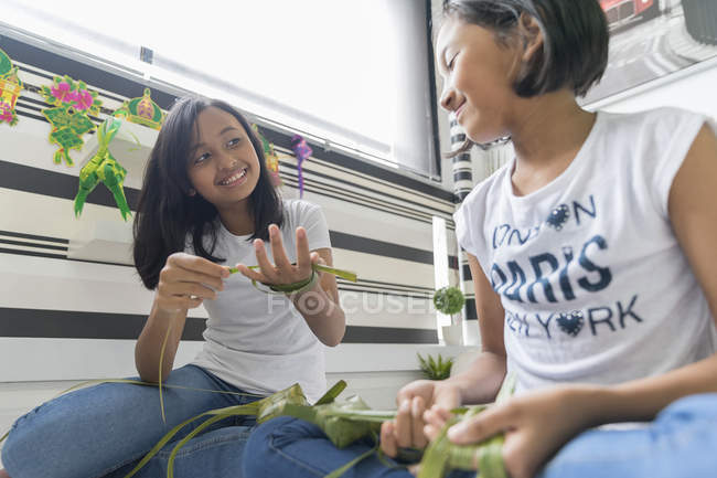 Счастливая семья азиатские, празднует hari raya дома и подготовки украшения — стоковое фото