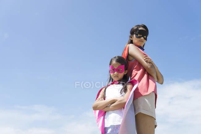 Porträt von Mutter und Tochter als Superhelden verkleidet. — Stockfoto