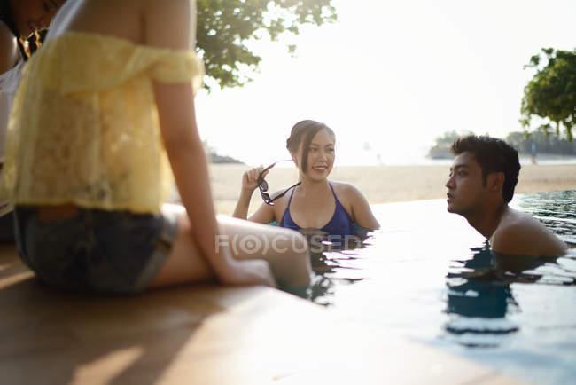Junge asiatische Freunde verbringen Zeit zusammen im pool — Stockfoto