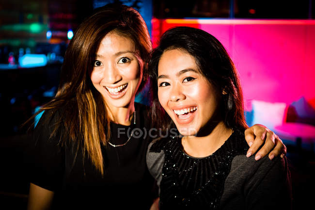 Good girlfriends having a fun night out on the town. — Stock Photo
