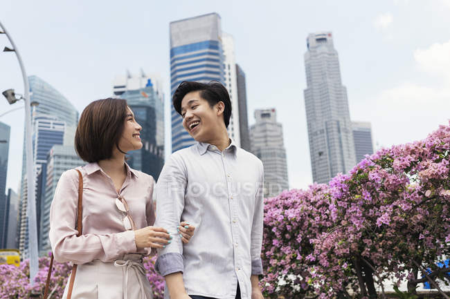 Young asian couple spending time together in Singapore — Stock Photo