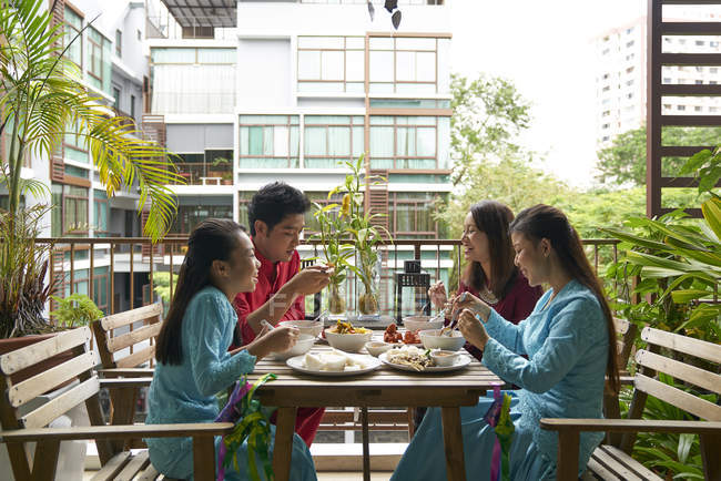 Young asian family celebrating Hari Raya in Singapore — Stock Photo