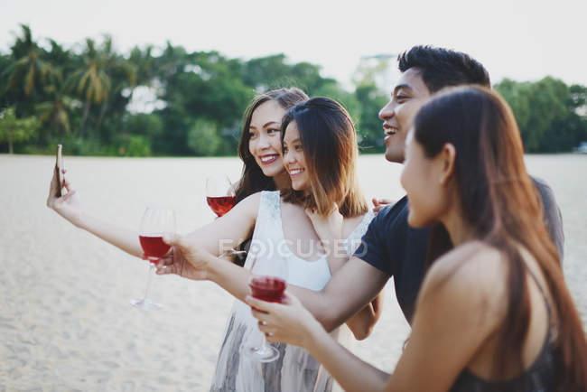 Jeunes amis asiatiques prenant selfie avec des boissons — Photo de stock