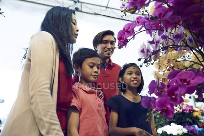 Famille de shopping pour les fleurs lors de Hari Raya Bazar à Geylang, Singapour — Photo de stock