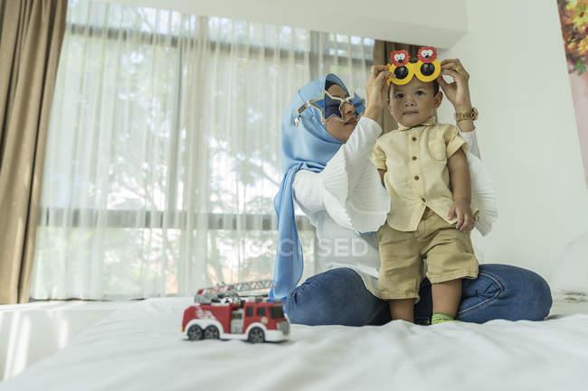 Madre e bambino si divertono. — Foto stock