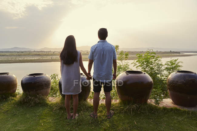 Couple chilling by the ledge of Irrawady River in Bagan, Myanmar — Stock Photo
