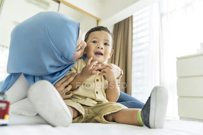 Мать и сын в комнате в дневное время — стоковое фото
