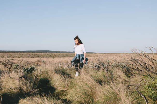 Молодой леди, изучения австралийского ландшафта — стоковое фото