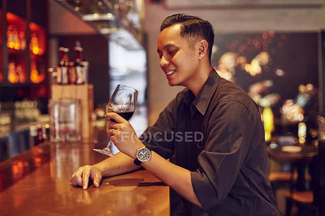 Jeune asiatique beau café avec du vin — Photo de stock