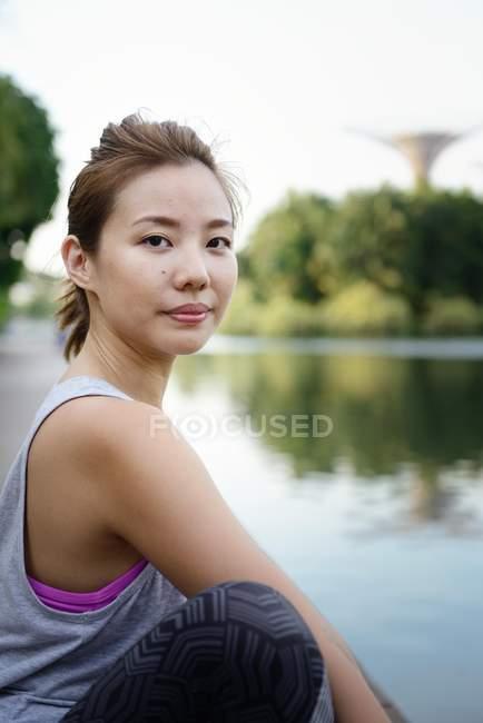 Молодой спортивный Азиатская женщина, сидя в парке — стоковое фото