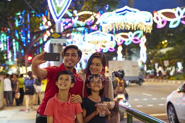 Fröhliche Familie Selfies an Hari Raya Geylang Basar, Singapur — Stockfoto