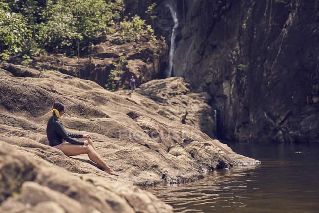 Молода жінка, вивчення Клонг Plu водоспадів у Ко Чанг, Таїланд — стокове фото