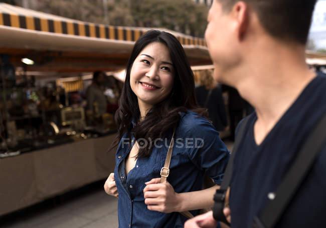 Hermosa joven pareja asiática pasar vacaciones en Barcelona - foto de stock