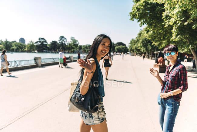 Belle donne asiatiche che camminano nel parco — Foto stock
