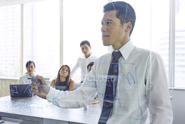 Jovens empresários asiáticos trabalhando no escritório moderno — Fotografia de Stock