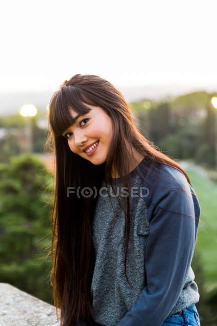 Giovane donna eurasiatica in posa per la fotocamera a Barcellona — Foto stock