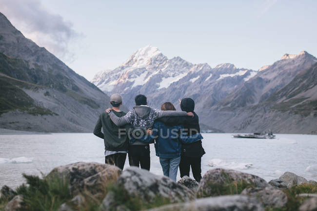 Group of friends enjoying the view at Milford Sound, New Zealand — Stock Photo