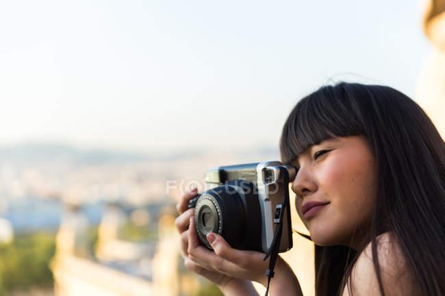 Mulher eurasiana tirando uma foto com câmera em Barcelona — Fotografia de Stock