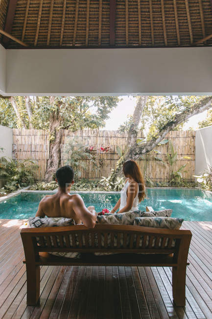 Giovane coppia che si rilassa in una villa a Bali — Foto stock