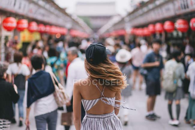 Vue arrière de la jeune femme hipster dans les rues du Japon — Photo de stock