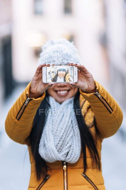 Turista mulher asiática usando móvel na rua europeia. Conceito de Turismo . — Fotografia de Stock