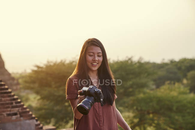 Young Lady Traveling Around The Ancient Pyathadar Temple, Bagan, Myanmar — Stock Photo