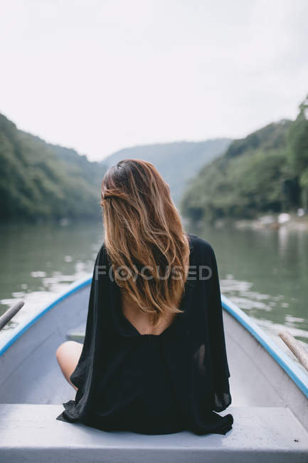 Задній вид молоду жінку на човні в Токіо — стокове фото