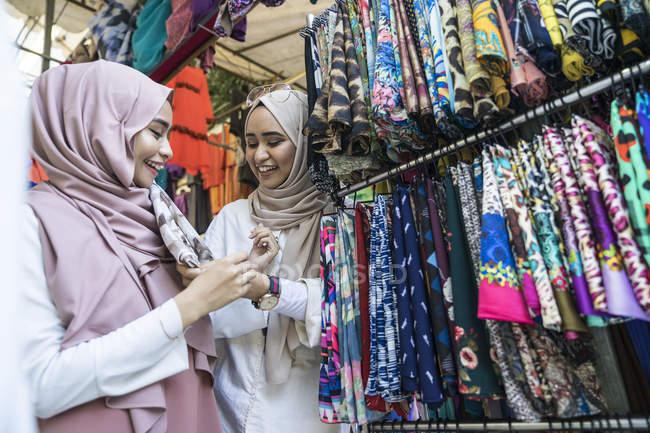 Две мусульманки покупают хиджаб. . — стоковое фото
